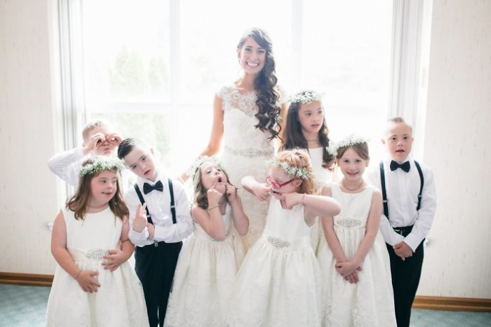 Вчителька запросила дітей з синдромом Дауна на своє весілля: зворушливі фото (1)