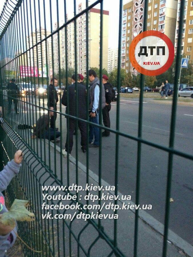 У Києві одразу в двох районах відкрили стрілянину, є поранений: з'явилися фото (1)