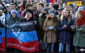 """Стало известно, как жителей Донецка сгоняют на похороны боевиков и протесты против """"хунты"""""""
