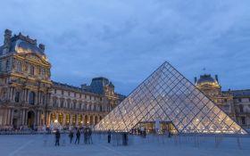 """Вражаюче видовище: знаменита піраміда Лувру провалилась у """"прірву"""""""