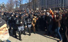 Число задержанных на митинге в Москве растет, ОМОН пустил в ход дубинки и газ: появились фото и видео