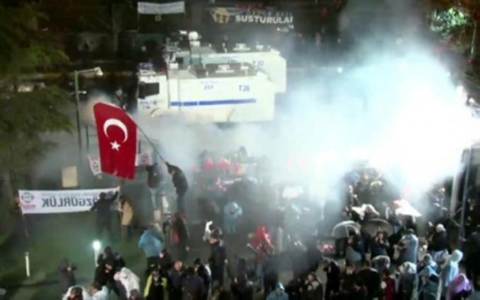 Появилось видео штурма полицейскими в Турции офиса оппозиционной газеты