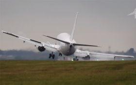 Сеть впечатлило видео экстремальной посадки самолета, который снес ветер