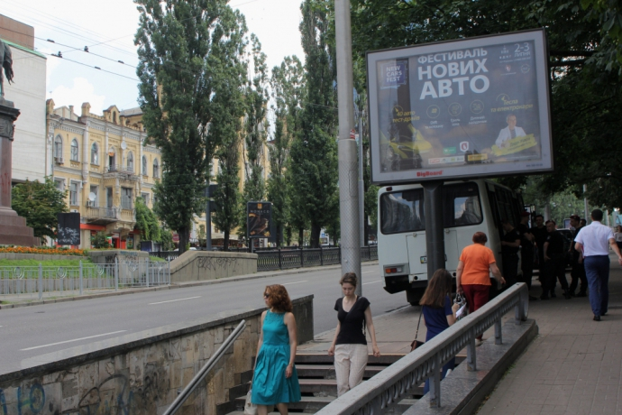 Поліція охороняє пам'ятник в Києві від