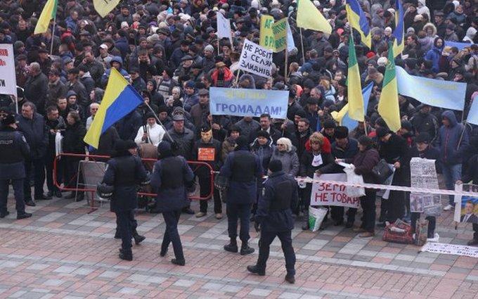 Под Радой митингуют сотни людей: опубликованы фото