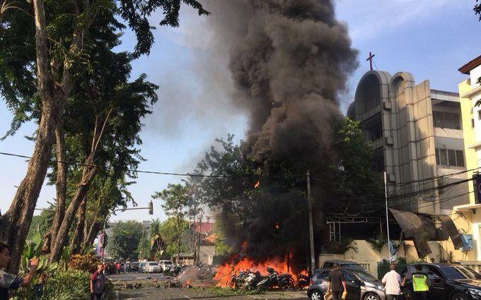 У церквах Індонезії сталася серія терактів, багато поранених і загиблих: з'явилися моторошні фото і відео