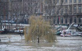 В Париже из-за наводнения проходит массовая эвакуация людей: появились новые видео