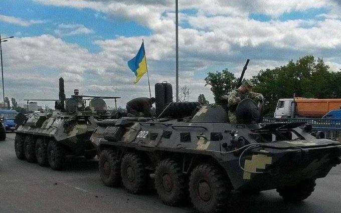 На дорогах України колони бойової техніки: з'явилося пояснення