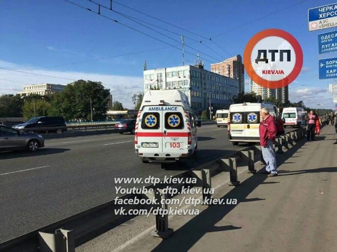 У Києві автобус з пасажирами вилетів з дороги: опубліковані фото (1)