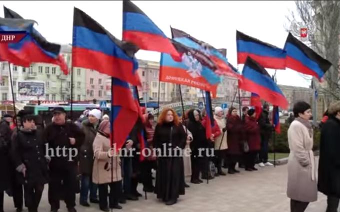 В ДНР со словами о фашистах принесли цветы Шевченко: опубликовано видео