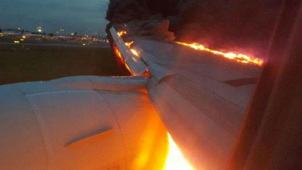 У Сінгапурі спалахнув літак з пасажирами: з'явилися драматичні фото і відео (1)