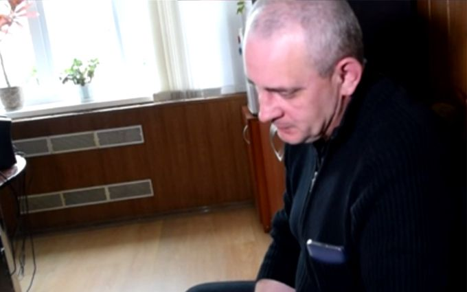 На Донбасі переселенець прийшов до мера і порізав собі вени: з'явилися фото і відео