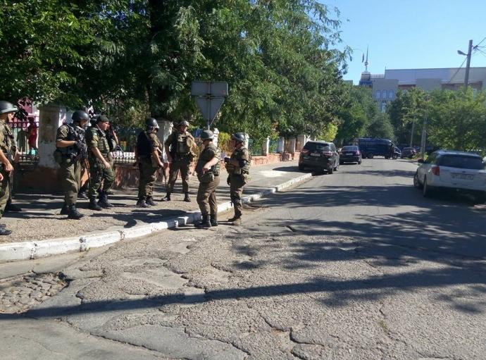 Херсон підняли на вуха озброєні силовики в центрі міста: з'явилися фото (2)