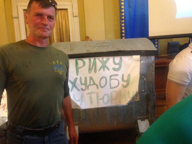 Меру Львова привезли баки зі сміттям: опубліковані фото і відео (1)