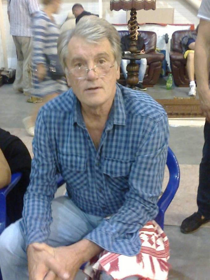 Ющенко спіймали на ринку за торгівлею вишиванками: опубліковано фото (1)