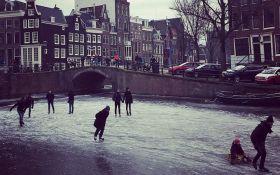 Из-за аномальных морозов в Амстердаме замерзли каналы: опубликованы зрелищные фото и видео