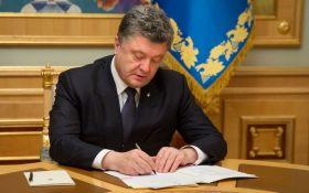 Порошенко публично подписал ранее ветированный закон о дипломатах