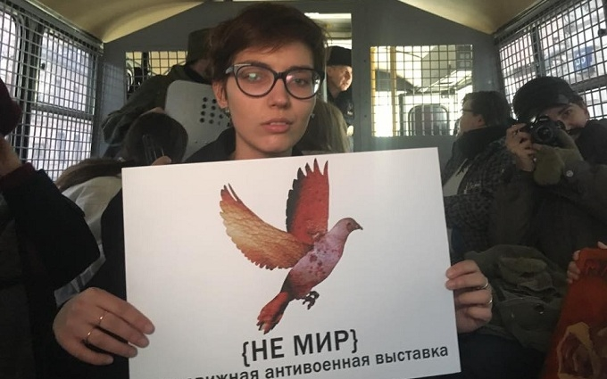 В Москве 12 художников задержали за антивоенную выставку: обнародовано видео