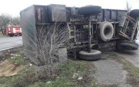 На Николаевщине военный грузовик влетел в остановку, есть погибшие
