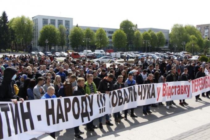 Ровенские копатели заблокировали здание ОГА (2)