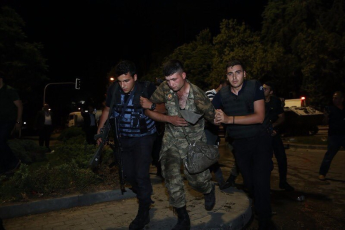 Провальний військовий переворот в Туреччині: хроніка подій, подробиці, найяскравіші фото та відео (13)