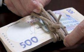 Середня зарплата українців в доларах досягла рівня 2013 року – інфографіка