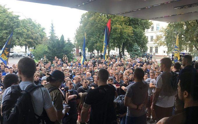 У центрі Києва Азов влаштував пікет з фаєрами: опубліковані фото і відео