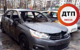 В Киеве в одном из дворов сожгли машину: появились фото