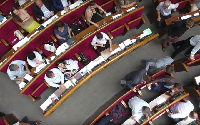 Вид на нардепів зверху: з'явилося відео, зняте безпілотником в Раді