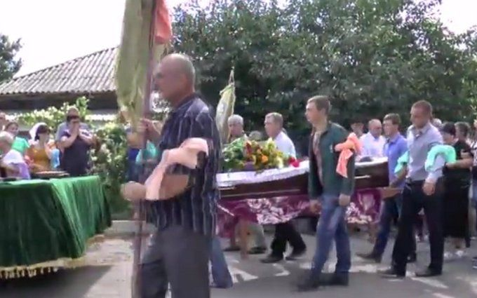 У Кривому Озері поховали чоловіка, вбитого поліцейськими: опубліковано відео