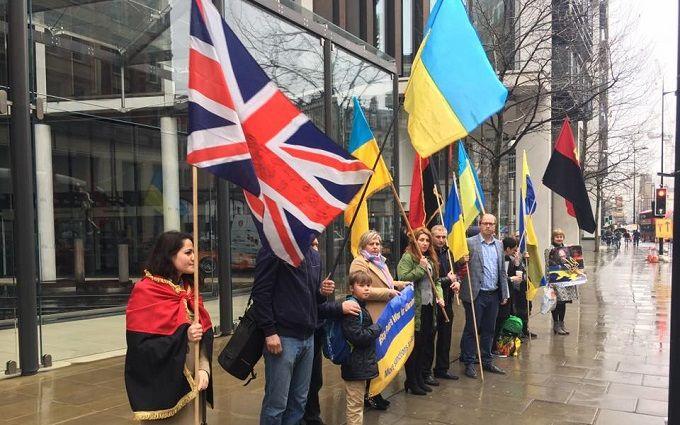 В Лондоне устроили пикет у дома Ахметова: появились фото и видео