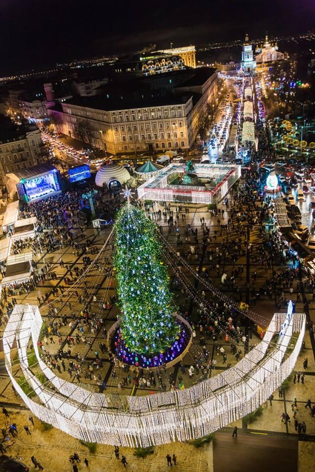 Как выглядят новогодные елки в разных городах Украины: яркие фото (1)