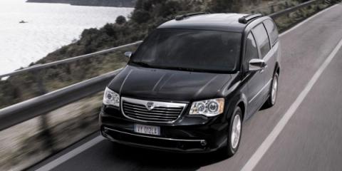 Chrysler Town & Country примерял логотип Lancia (4 фото) (1)