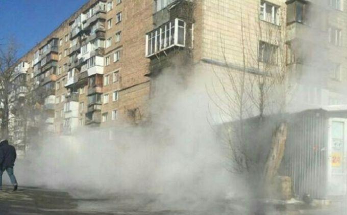 В Киеве горячая вода из трубы затопила целый квартал: появились фото и видео