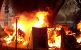Под Верховной Радой произошел пожар: сгорела палатка протестующих