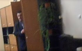 Полицейский начальник на Закарпатье спрятался от людей в шкафу: появилось видео