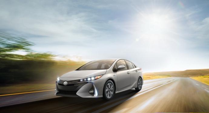 Toyota удивила новым Prius, который заряжается от розетки: опубликовано фото (1)