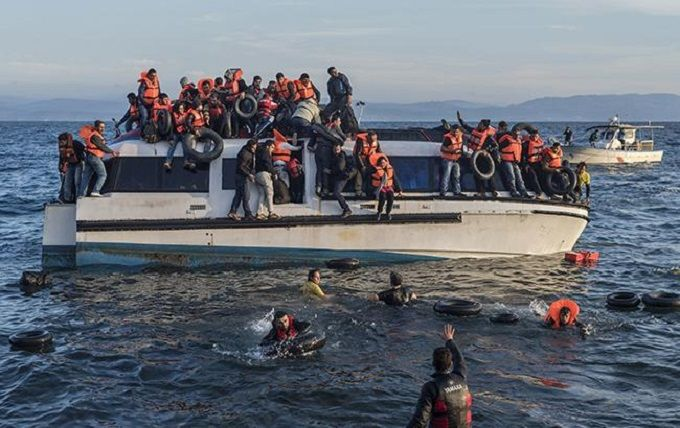 У берегов Ливии затонуло судно с десятками мигрантов