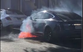 """Режисер """"Карткового будинку"""" ледь не згорів у Tesla: опубліковані фото"""