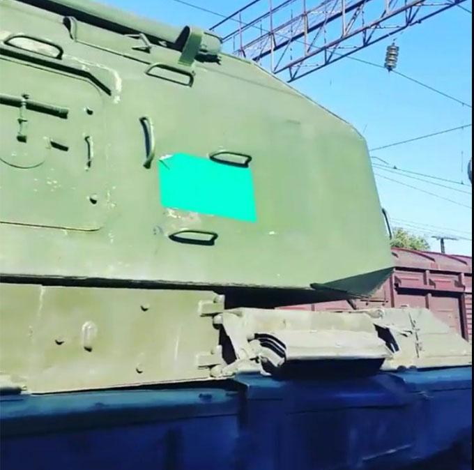 Путінські війська возять по Росії техніку з зафарбованими номерами: опубліковані фото і відео (1)
