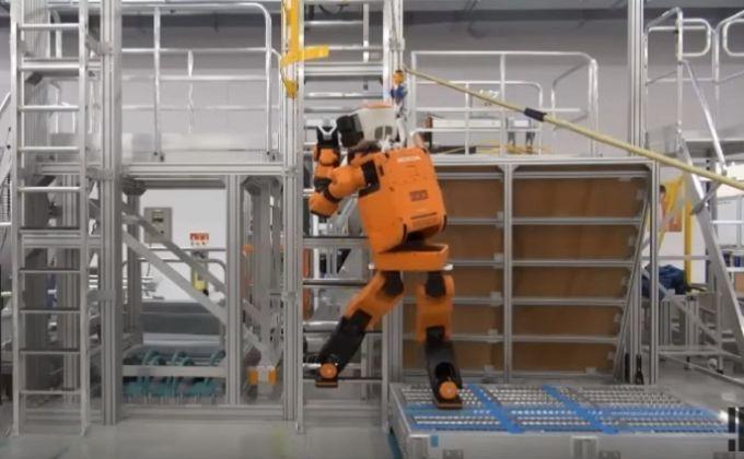 Компанія Honda створила робота-рятувальника узріст людини: опубліковане відео