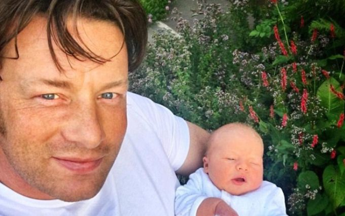 Джейми Оливер приучает новорожденного сына к здоровому питанию: опубликованы фото