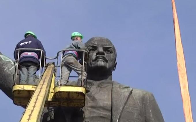 В Запорожье взялись за снос самого большого Ленина: опубликовано видео