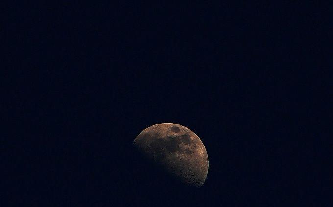 Місяць вперше сфотографували зі зворотнього боку