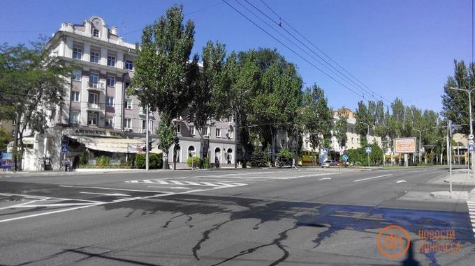 Прапори ДНР замість людей: в мережі з'явилися фото безлюдного святкового Донецька (1)