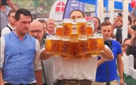 Немецкий официант поставил интересный рекорд: появилось видео