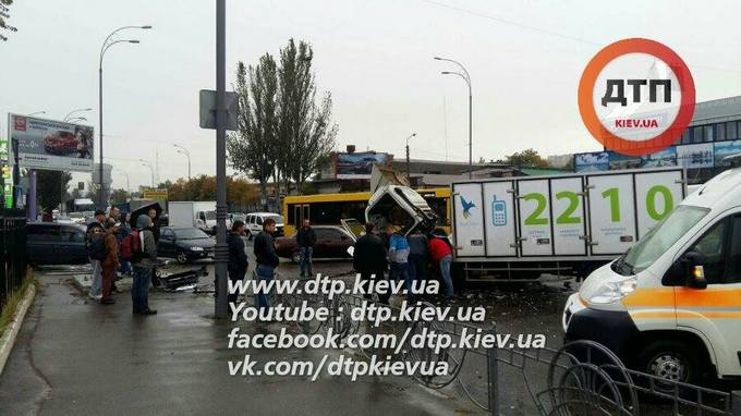 П'яні пішоходи стали причиною серйозної аварії в Києві: з'явилися фото (1)