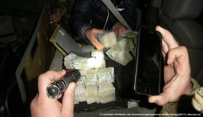 В Зайцево пытались ввезти крупную сумму в долларах и рублях