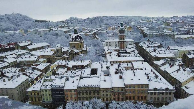 Львов засыпало снегом: в сети публикуют зрелищные фото