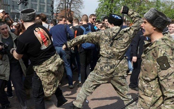 """""""Он нам не царь"""": напавших на митингующих в Москве выпороли нагайками"""